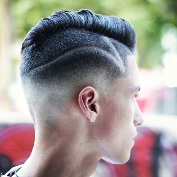 Corte bajo con el peinado grueso y el diseño del pelo