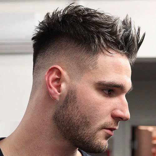 Desordenado cabello espinoso con degradado y barba