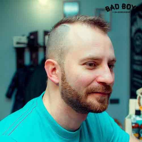 Cresta-corta-con-laterales-afeitados