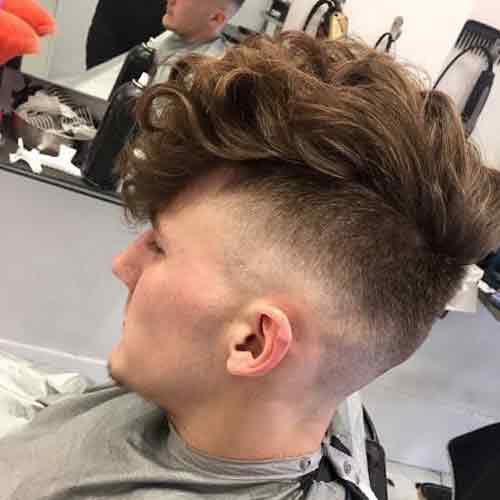 High-fade-undercut-con-flequillo-largo-rizado