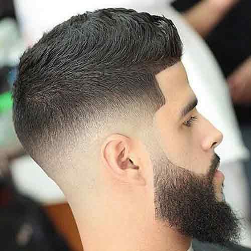 Mid-fade-medio-degradado-con-barba-gruesa-y-cresta-corta