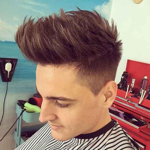 Peinado cabello largo con puntas con lados cónicos