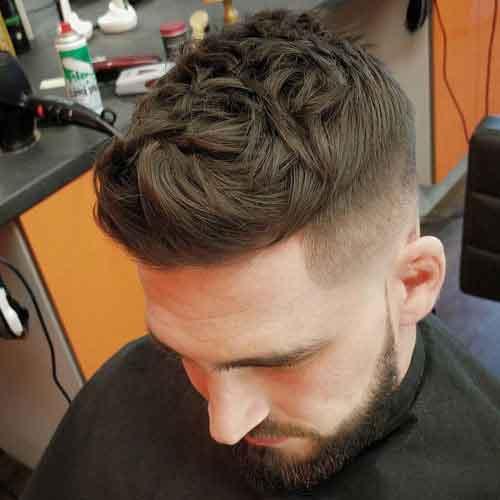 Peinado tapa de textura gruesa con lados cortos y barba