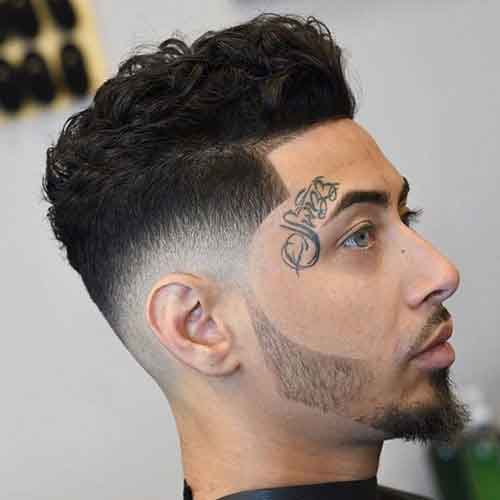 peinado con cabello grueso y rizado en la parte superior