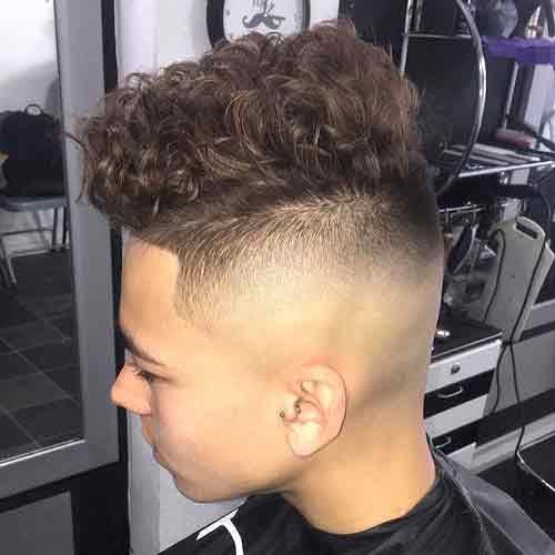 cabello rizado grueso con laterales afeitados