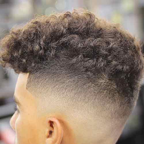 corte de pelo rizado natural corto con high skin fade