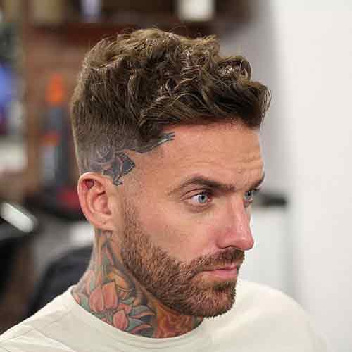 mid razor fade con corte de pelo rizado corto