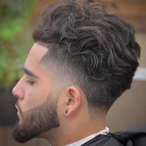 pelo rizado hacia atras con undercut y alineado