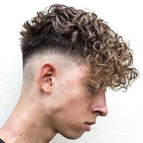 skin fade con cabello rizado y flequillo angular