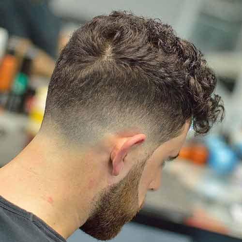 taper fade con flequillo en el cabello rizado