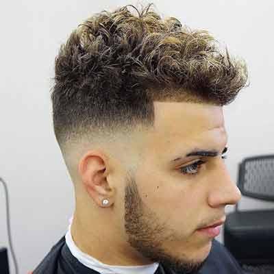 corte de cabello degradado con el pelo rizado
