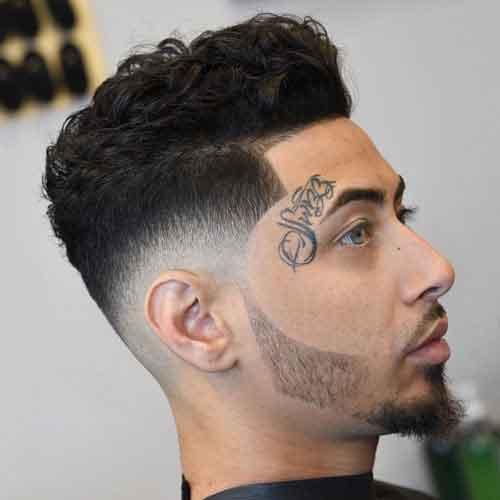 Peinado ondulado para hombre con skin fade degradado