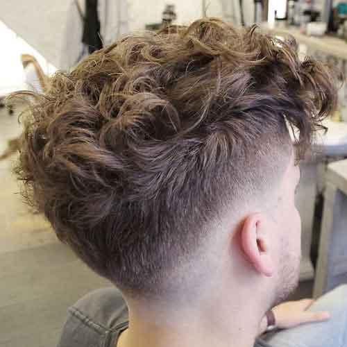 peinado-ondulado-con-cabello-grueso-y-degradado-bajo