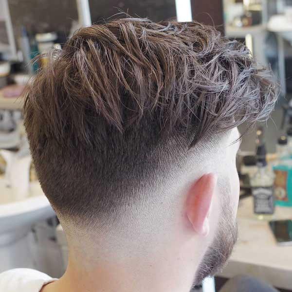 Peinado desordenado para chicos con cabello grueso