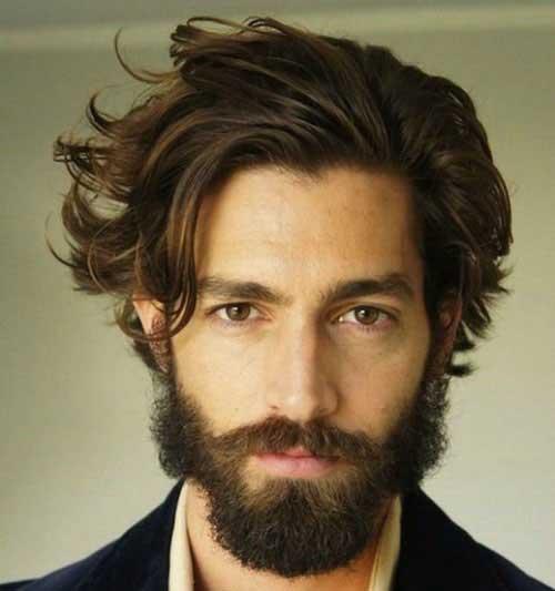 Cabello largo desordenado clásico con barba gruesa