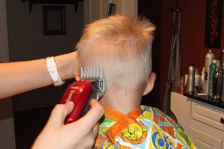con maquina corte de pelo niños