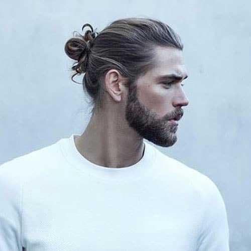 estilo bun con barba llena
