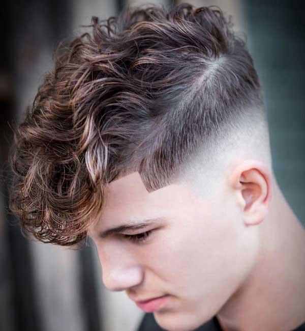 Desvanecimiento del cabello rizado largo