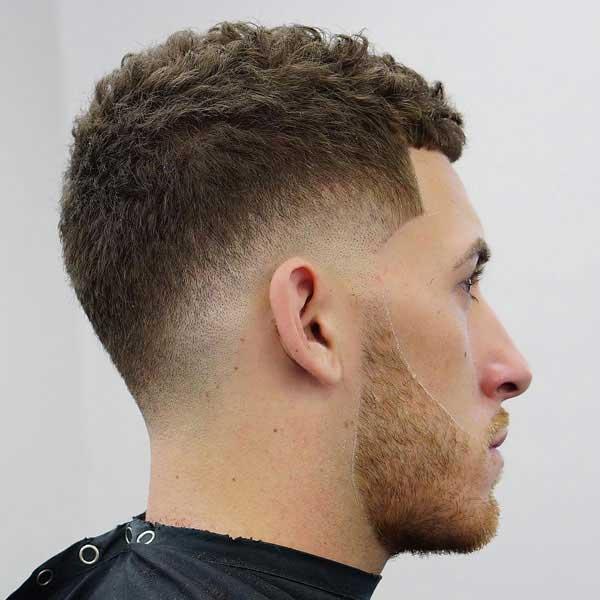 corte de pelo corto y rizado con degradado de baja caida